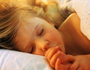 5 рекомендацій, як відучити малюка смоктати палець