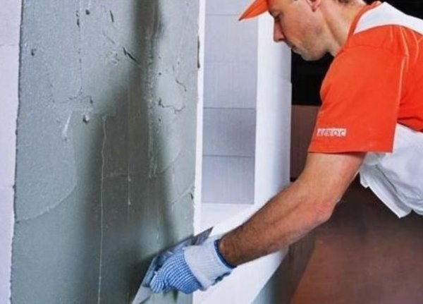 Вирівнюємо стіни котеджу самі